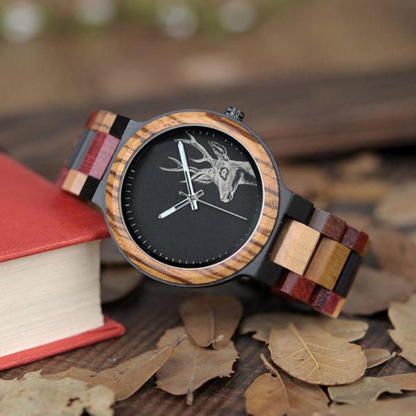 montre en bois a couleurs et cerf feuillage