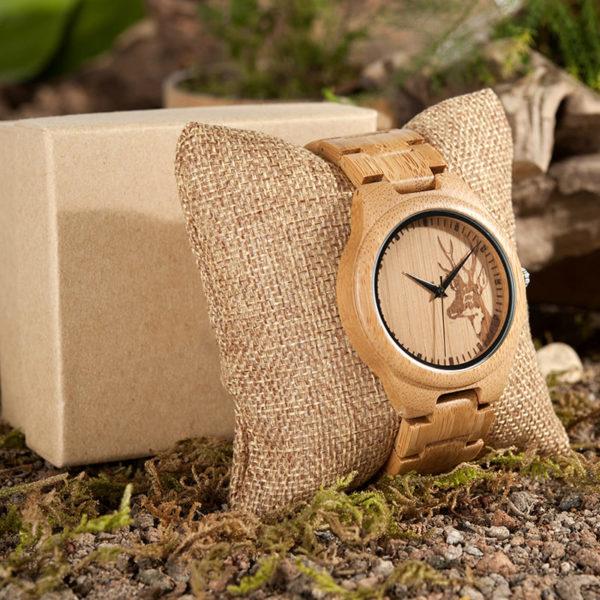 montre en bois motif cerf coussin