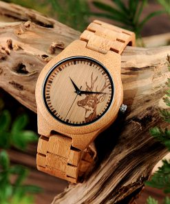 montre en bois motif cerf photo