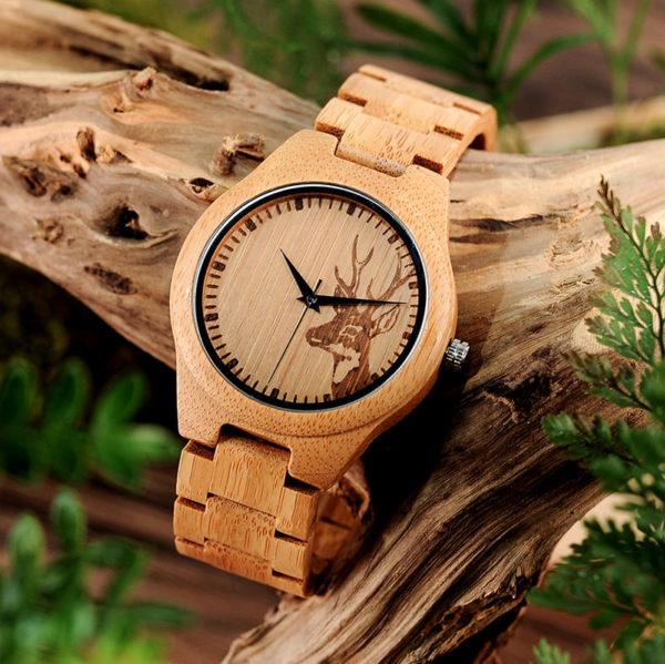montre en bois motif cerf photo