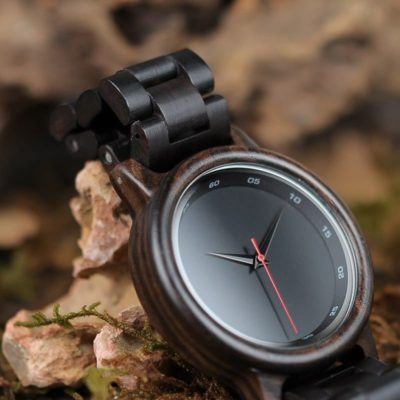 montre en bois sombre authentique photo