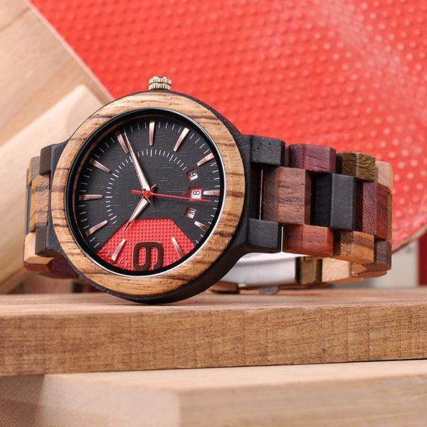 montre en bois style sport couchee