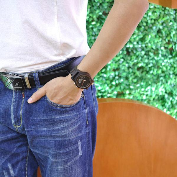 montre en bois numerique forestiere sur poignet
