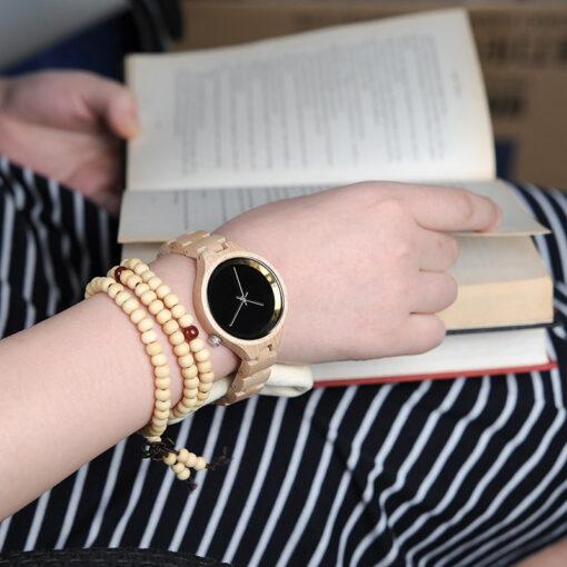 montre en bois metro beige au poignet