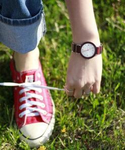 montre en bois femme aero lady violet poignet